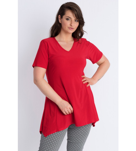 Rdeča tunika s kratkimi rokavi blagovne znamke Magna, je sešita v EU iz prijetne viskozne tkanine. Tunika je asimetričnega kroja in prekrije boke ter zadnjico.
