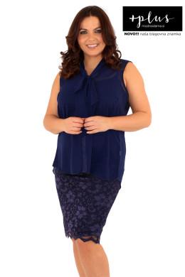 Čudovita mornarsko modra ženska bluza s pentljo večjih velikosti blagovne znamke +plus.