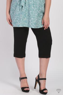 Lanene ženske hlače dolžine 3/4 blagovne znamke Magna, so sešite v EU iz prijetne lahkotne tkanine. Lanene hlače so odlična izbira za poletne dni. Naravni material, ki diha in se v vročih dnehne lepi na kožo je prva izbira vsake ženske.