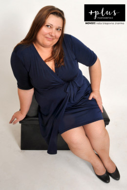 Plesna zvezda Urška Vučak Markež v mornarsko modri lahkotni poletni obleki Channel kolekcije +PLUS spletne trgovine Modna Dama.