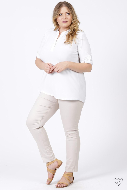 Bela bluza s kratkimi rokavi za močnejše postave