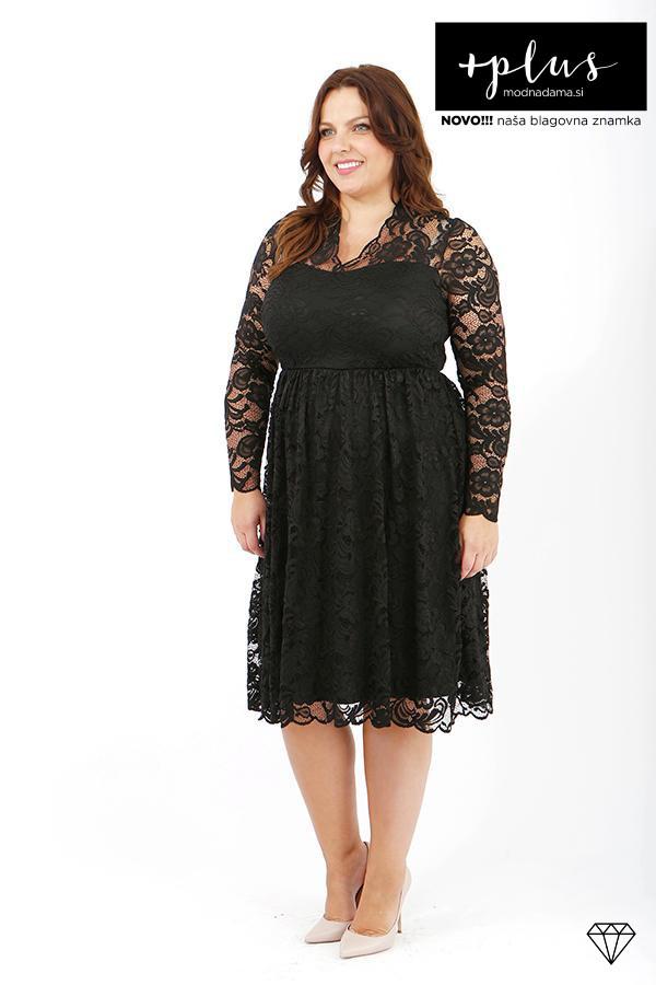 Čipkasta obleka v črni barvi za močnejše ženske, sešita iz raztegljive satenaste čipke in podložena s podlogo.