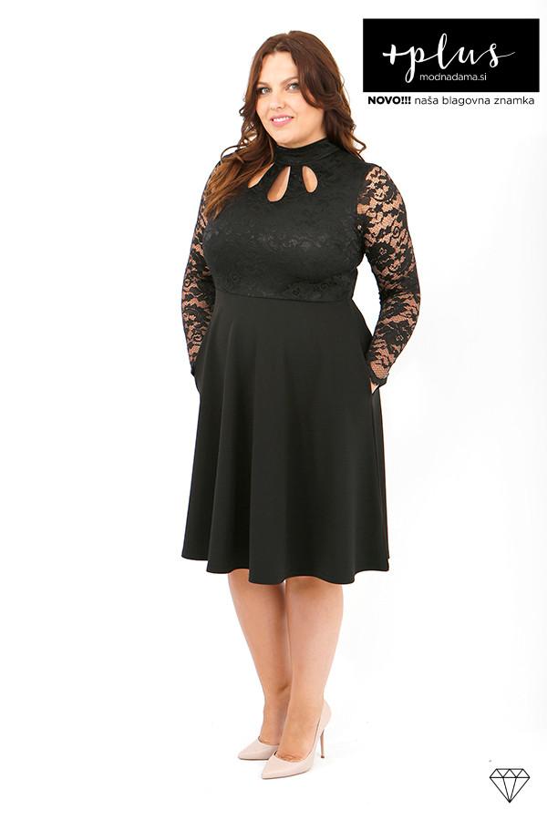 Čipkasta črna večerna ženska obleka večjih velikosti s trakovi v predelu dekolteja.