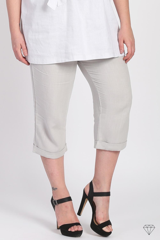 Bež lanene ženske hlače dolžine 3/4 blagovne znamke Magna, so sešite v EU iz prijetne lahkotne tkanine. Lanene hlače so odlična izbira za poletne dni. Naravni material, ki diha in se v vročih dnehne lepi na kožo je prva izbira vsake ženske.