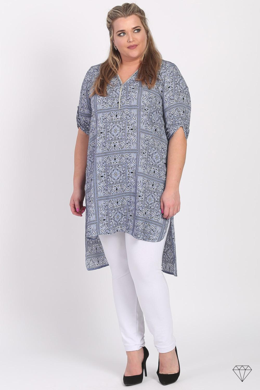 Daljša viskozna tunika s potiskom blagovne znamke Magna, je sešita v EU iz prijetne viskozne tkanine.