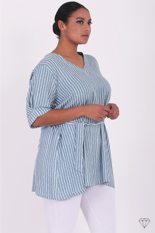 Modra viskozna ženska tunika s pokončnimi črtami.