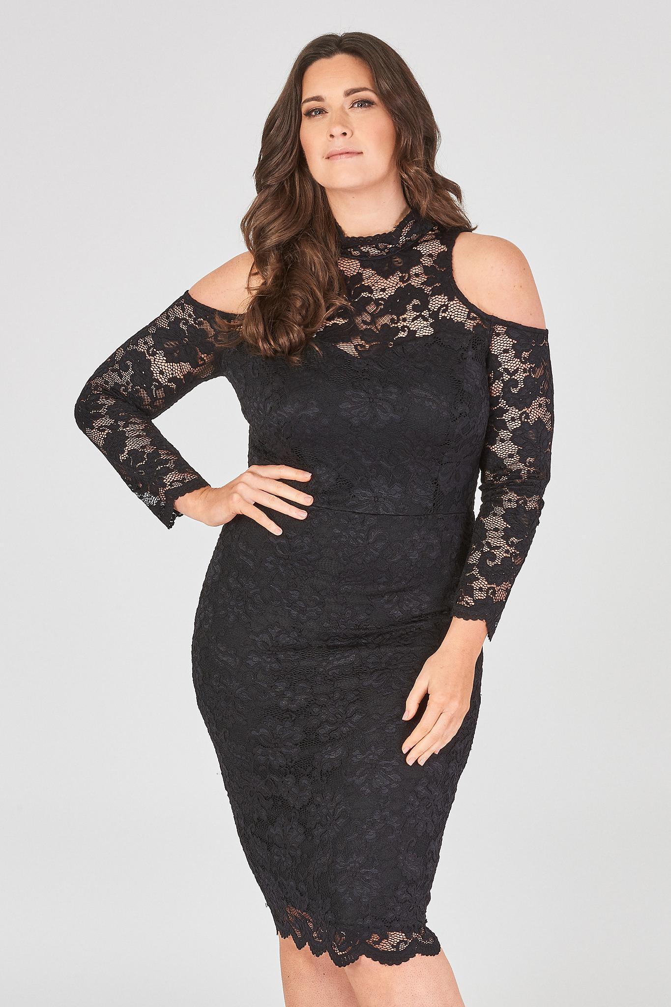 Črna čipkasta elegantna obleka.