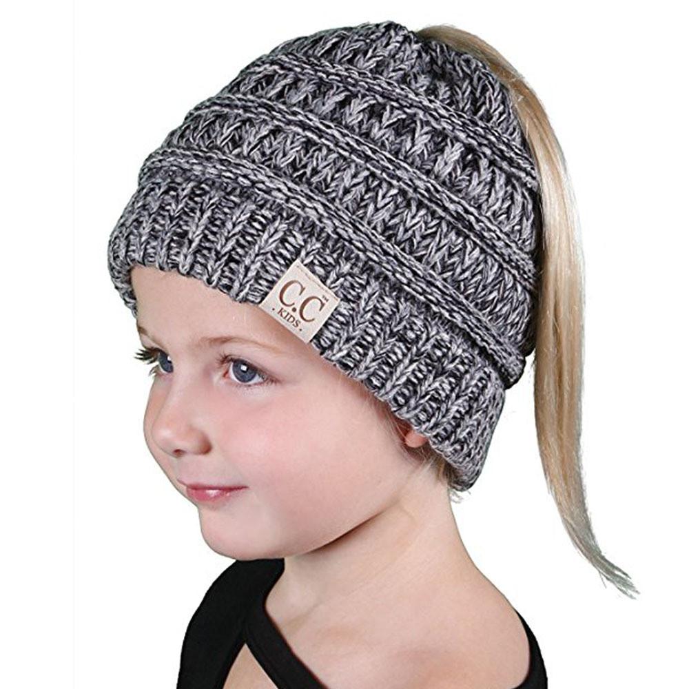 Pletena kapa z luknjo za čop, kito ali figo. Kapa je na voljo v večih barvah.