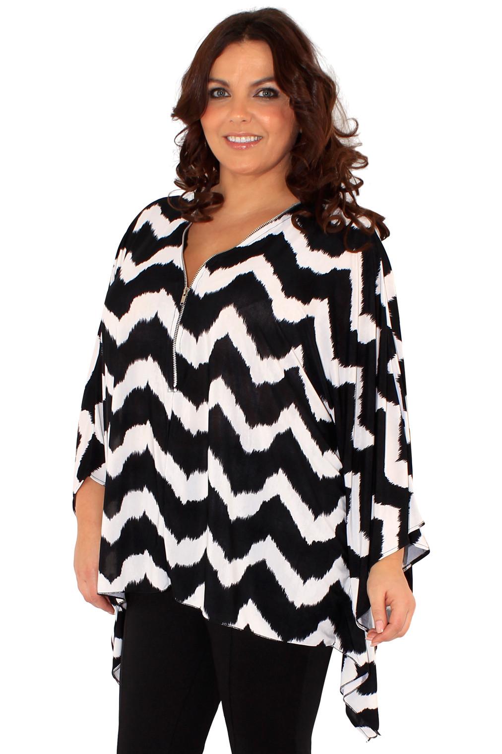Črno bela ženska pončo bluza z zadrgo.