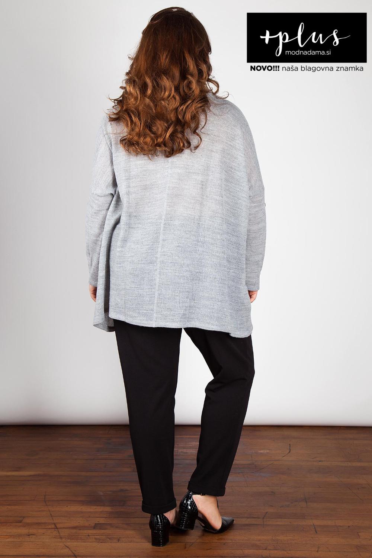 Mehak svetlo siv pulover večjih velikosti z gumbi na rokavih.