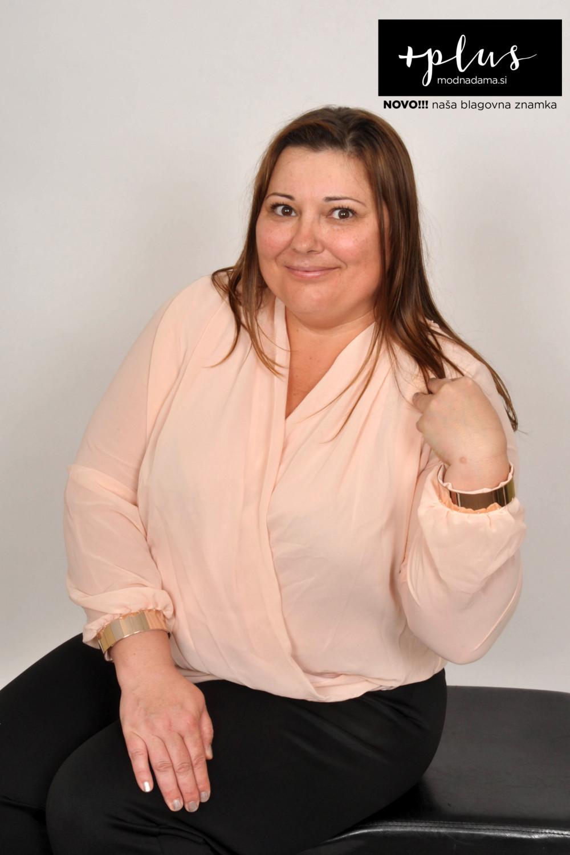 Plesna zvezda Urška Vučak Markež v bluzi na preklop z zapestnicami kolekcije +PLUS spletne trgovine Modna Dama.